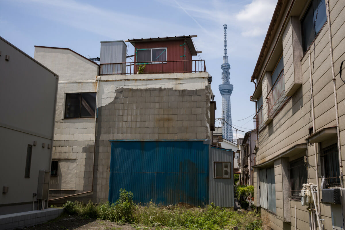 Tokyo empty plots and exposed buildings