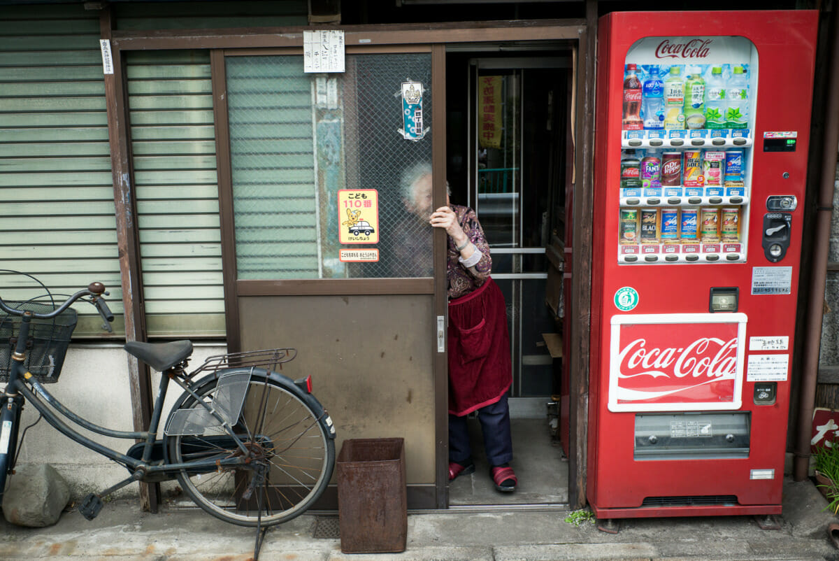Disappearing old Tokyo smiles