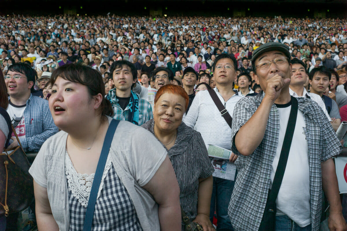 tokyo horse racing fans at the Japan Derby